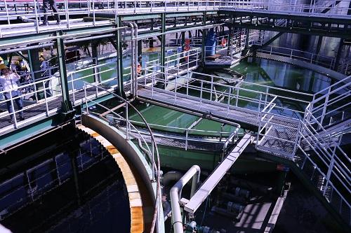 Sau khi khử nitrat, nước qua bể lắng một (màu đen) rồi được tẩy màu, đi sang bể lắng 2 (màu xanh).