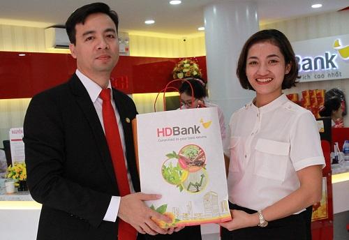 Đại diện HDBank Vĩnh Phúc trao quà cho khách hàng tham gia trải nghiệm dịch vụ tại chi nhánh mới của HDBank.
