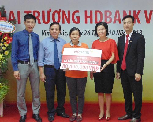 Đại diện HDBank Vĩnh Phúc trao tặng biểu trưng hai căn nhà tình thương trị giá 80 triệu đồng.