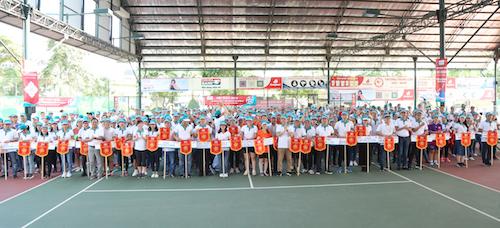 Ban Tổ chức trao cờ lưu niệm cho các đơn vị tham gia Hội thao
