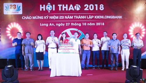 Ban lãnh đạo thực hiện nghi thức thắp nến mừng sinh nhật Kienlongbank tròn 23 tuổi