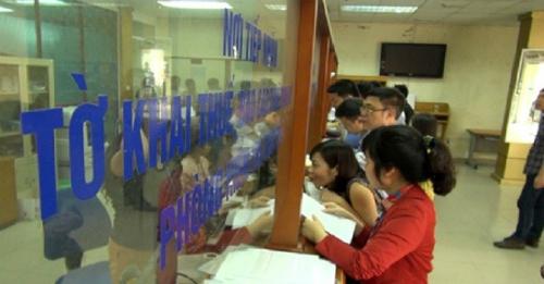 Người nộp thuế làm thủ tục tại Cục thuế Hà Nội. Ảnh: N.T