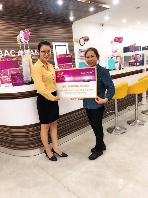 Đại diện Phòng giao dịch Văn Giang trao thưởng tới Khách hàng Trần Thị Thảo