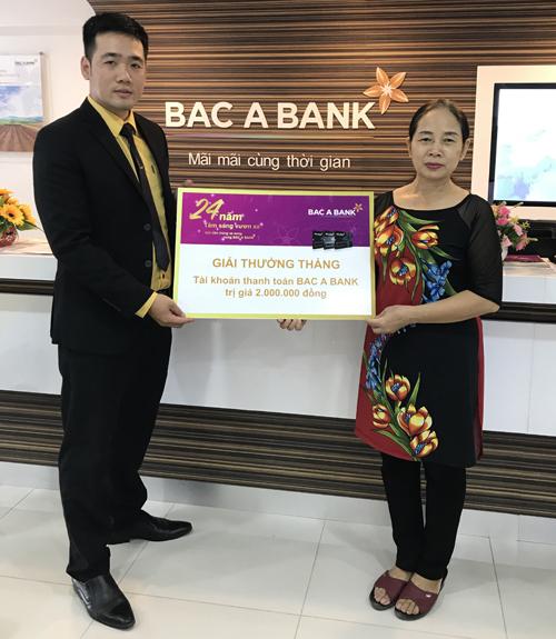 Bà Trần Kim Anh - Khách hàng Phòng giao dịch Ngọc Hồi nhận thưởng
