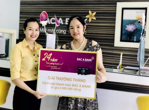 Đại diện Phòng giao dịch Đồng Phú trao thưởng tới bà Ngô Thị Huệ.