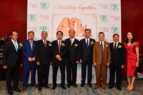 Ban Lãnh đạo Vietcombank cùng Lãnh đạo VFC và nguyên Lãnh đạo Vietcombank qua các thời kỳ chụp ảnh kỷ niệm tại buổi lễ