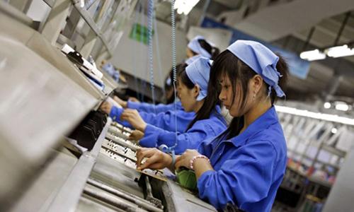 Công nhân lắp ráp trong một nhà máy sản xuất hàng điện tử tại Trung Quốc. Ảnh: Reuters