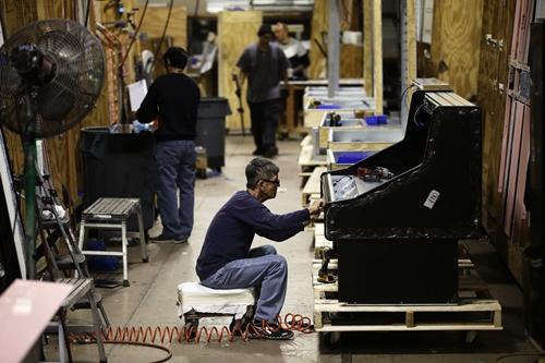 Công nhân làm việc trong nhà máy Howard McCray. Ảnh: AP
