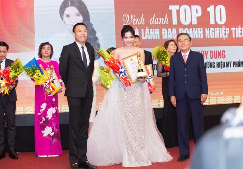 Tổng Giám Đốc Cao Thị Thùy Dung được vinh danh Top 10 Doanh nhân tiêu biểu năm 2018.