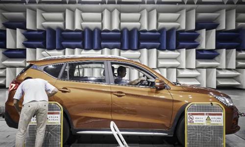 Bên trong nhà máy sản xuất xe điện của BYD - công ty được Warren Buffett hỗ trợ tại Thâm Quyến (Trung Quốc). Ảnh: CNN