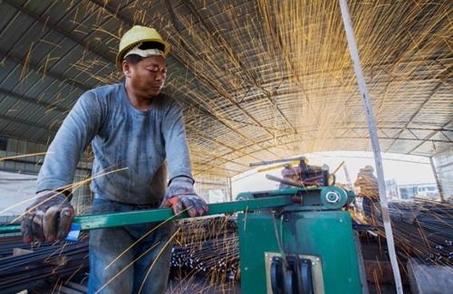 Công nhân Trung Quốc làm việc trong một công trường ở Giang Tô. Ảnh: Reutes