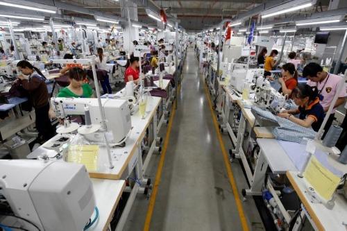 Công nhân trong một nhà máy may ở Vĩnh Phúc. Ảnh: Reuters