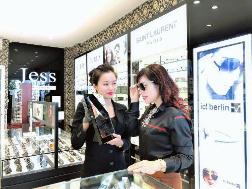 Nhiều dịch vụ chăm sóc mắt miễn phí cũng được áp dụng tại cửa hàng.