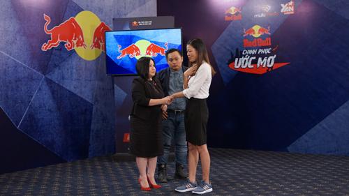 Ban giám khảo chia sẻ với khát khao trở thành người phụ nữ thành đạt của chị Nguyễn Thị Mỵ.