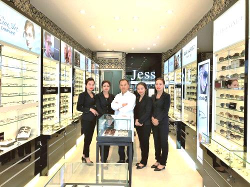 Ngoài các sản phẩm kính, công ty còn cung cấp dịch vụ đo khám mắt theo tiêu chuẩn Mỹ.