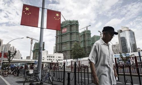 Người dân đi bộ trên đường phố Thượng Hải. Ảnh: AFP
