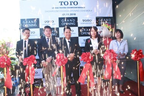 Lãnh đạo TOTO và Kidoasa cắt băng khai trương Trung tâm công nghệ và dịch vụ khách hàng Kidoasa.