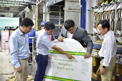 Nayot Rojanasopondist cùng BGĐ Cty Qui Phúc kiểm tra chất lượng hàng hóa trước khi xuất containers.
