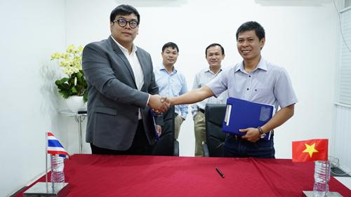 Mr. Nayot Rojanasopondist, Sales Manager Profit Plus Trading Company kí kết hợp đồng thương mại với Ông Nguyễn Tấn Thọ, GĐ Kinh doanh Quốc tế Công ty TNHH Qui Phúc