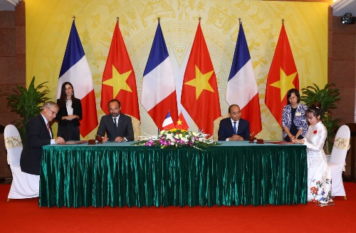 Bà Nguyễn Thị Phương Thảo (ngoài cùng bên phải) cùng đại diện Airbus ký kết hợp đồng mua