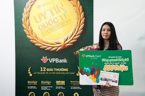 chị Nguyễn Thị Hiền đến từ Hà Nội, vị khách hàng may mắn trúng giải đặc biệt của chương trình
