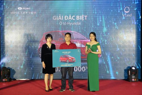 Ông Nguyễn Xuân Trường, khách hàng may mắn trúng giải đặc biệt của chương trình