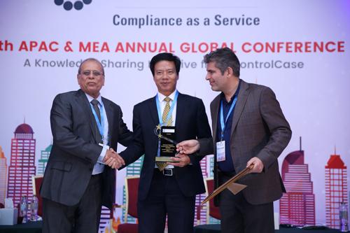 Ông Nguyễn Quang Minh Phó Tổng giám đốc Napas nhận chứng nhận PCI DSS phiên bản 3.2.1