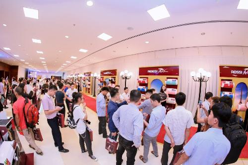 Đông đảo khách hàng đã tới tham dự sự kiện ra mắt bình nước nóngRossi Arte.