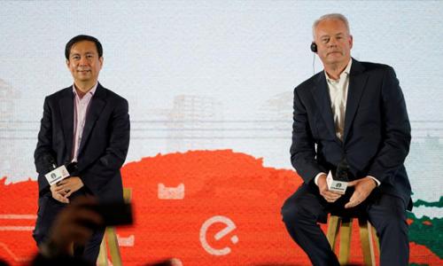 CEO Starbucks và CEO Alibaba trong buổi công bố hợp tác chiến lược hồi tháng 8. Ảnh: Reuters