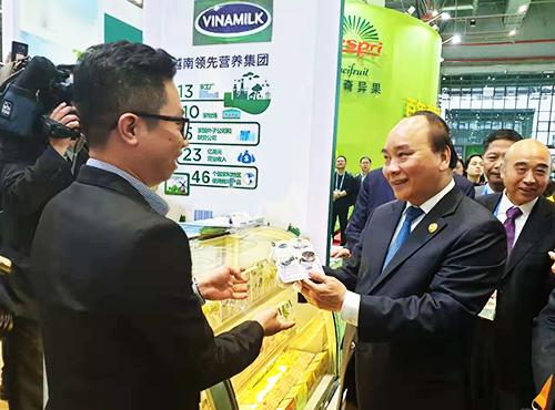 Thủ tướng Việt Nam Nguyễn Xuân Phúc quan tâm đến sản phẩm sữa chua nếp cẩm của Vinamilk.