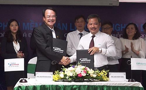 Ông Nguyễn Minh Ngọc (trái) - Chủ tịch HĐQT kiêm Tổng giám đốc Tập đoàn Tân Á Đại Thành ký kết cùng Chủ tịch HĐQT kiêm Tổng giám đốc công ty Bravo - ông Đào Mạnh Hùng (phải).