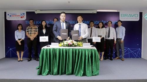 Ông Nguyễn Anh Tú - Phó Tổng giám Tập đoàn Tân Á Đại Thành kiêm Tổng giám đốc công ty cổ phần Nhựa Stroman (trái) ký kết cùng ông Tôn Minh Thiên Giám đốc công ty Bravo chi nhánh miền Nam (phải).