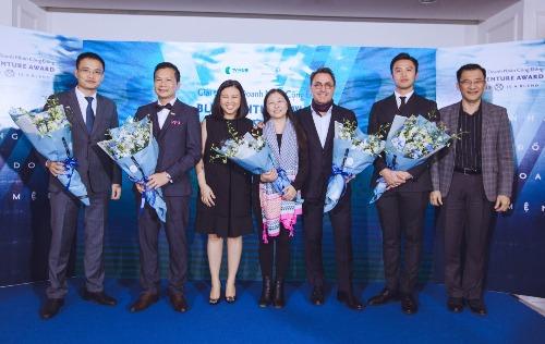 Giám khảo cuộc thi (cầm hoa), từ trái sang gồm:ông Trần Anh Vương (Phó chủ tịch YBA); ông Phạm Thanh Hưng (Phó Chủ tịch Cenland); bà Nguyễn Phi Vân (Đồng sáng lập World Franchise Associates); ông Patrick Castanier (CEO Pernod Ricard Việt Nam) và ông Lê Đăng Khoa (Nhà sáng lập The Bamboo).