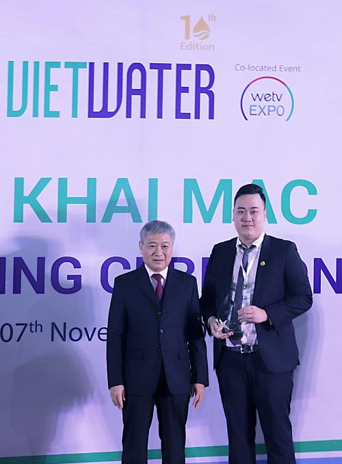 Ông Nguyễn Anh Tú  Phó Tổng giám đốc Tập đoàn Tân Á Đại Thành (phải) nhậncúp lưu niệm cho Nhà tài trợ Bạc của chương trình.