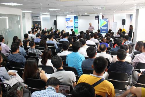 Hàng trăm chủ doanh nghiệp tham dự khóa học lập kế hoạch kinh doanh.