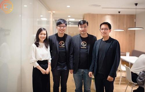 CEO Long Vương (thứ hai từ phải sang) trong văn phòng của TomoChain tại Nhật Bản.