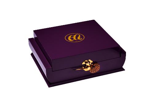 Khi chiếc trâm cài Kanazashi nhẹ kéo, nắp hộp hé mở, món quà đặc biệt: Embellir Limited - huyền thoại của tình yêu được trao cho người phụ nữ xứng đáng.