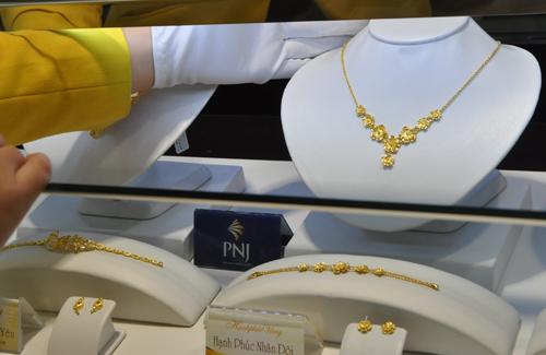 Giao dịch vàng tại Công ty PNJ. Ảnh: Lệ Chi.