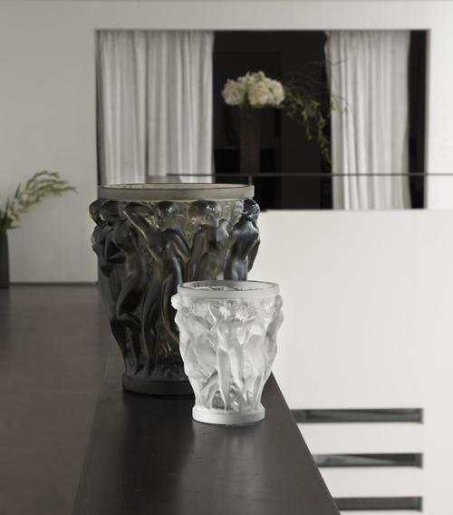 Lalique còn gây tiếng vang trong cộng đồng đam mê nghệ thuật thế giới khi hãng hợp tác với nhiều người nổi tiếng như kiến trúc sư Zaha Hadid, Cara DAche, Parmigiani, Rembrandt Buggati, ca sĩ Elton John hay nhà sưu tầm nghệ thuật người Anh Damien Hirst.