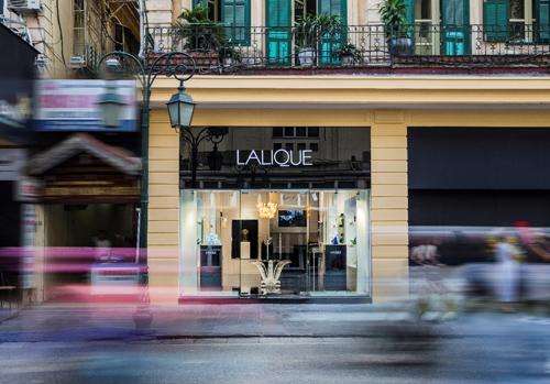 Thương hiệu pha lê cao cấp Lalique do René Lalique - bậc thầy thiết kế, chế tác trang sức và thủy tinh - sáng lập từ năm 1880 tại xưởng chế tác số 24 đường Quatre-Septembre, Paris, Pháp. Sau 130 năm phát triển, thương hiệu này đã có mặt ở hơn 80 quốc gia với khoảng 700 cửa hàng, điểm bán lẻ trên toàn thế giới.
