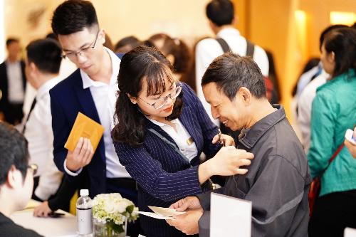 Anh Nguyễn Hải Long (Gia Lâm, Hà Nội) chia sẻ, chưa bao giờ anh được tham dự một sự kiện được tổ chức hoành tráng và công phu như thế này. Ngay từ địa điểm tổ chức, đến khâu trang trí, trưng bày, đều thể hiện sự đẳng cấp và chu đáo của chủ đầu tư. Đồng thời cho khách hàng cảm giác thấy như được nâng niu, trân trọng.