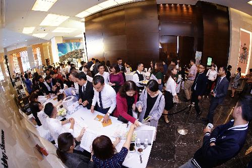 Nhưng ngay từ sáng sớm, tại sảnh của khách sạn JW Marriott Hà Nội,hàng trăm khách hàng đến làm thủ tục check in để vào tham dự Lễ mở bán chính thức dự án Imperia Sky Garden.