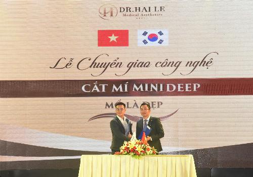 Ths.Bác sĩ Hải Lê nhận bằng công nghệ cắt mí Mini Deep từ phía đại diện Bệnh viện Grand Hospital Korea