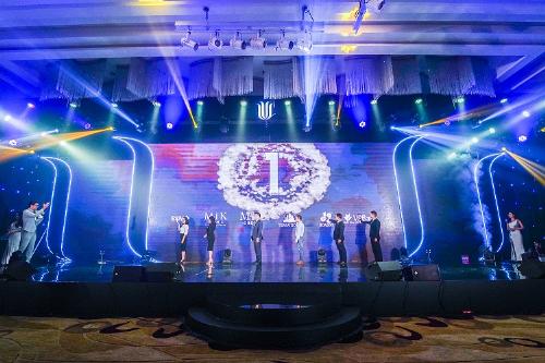 Tiếp nối bài phát biểu tâm huyết của đại diện Đơn vị phát triển dự án MIKGroup là nghi thức ra mắt dự án vô cùng trang trọng của Lễ mở bán dự án dưới sự chứng kiến của hàng ngàn người tham dự. Hoành tráng và xúc động là cảm nhận của rất nhiều khách hàng sau khi theo dõi Đại diện chủ đầu tư Tearr Gold Việt Nam, đơn vị phát triển dự án MIKGroup, đơn vị phân phối và quản lý sản phẩm MIK Home, ngân hàng hỗ trợ vốn VPBank và BIDV thực hiện nghi thức.