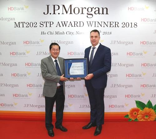 Ông Jason Clinton - Giám đốc Vùng Đông Nam Á và Australia, Ngân hàng J.P Morgan trao giải thưởng cho đại diện lãnh đạo HDBank, ông Phạm Quốc Thanh - Phó tổng giám đốc.