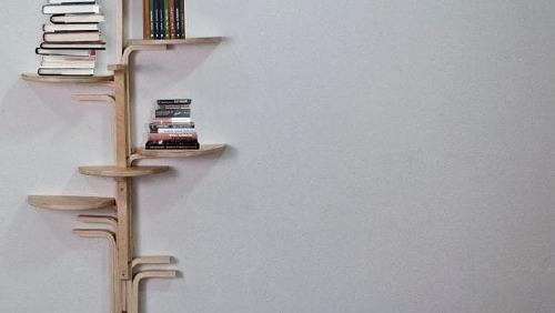 Ghế gỗ IKEA được tùy biến thành giá sách. Ảnh: Supplied