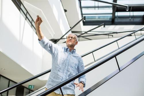 Jonathan Ledgard là người tạo ra dự án Flying Donkeys. Ảnh: AllianzDeutschland