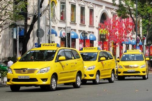 Đội xe của hãng Vinataxi trên đường phố TP HCM.