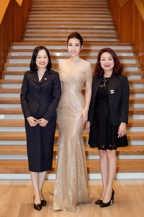Hoa hậu Đỗ Mỹ Linh xuất hiện với vẻ lộng lẫy, kiêu sa trong váy ánh kim trễ nải của nhà thiết kế Lê Thanh Hòa. Gần đây, Đỗ Mỹ Linh còn tham gia lĩnh vực mới trong vai trò dẫn chương trình.