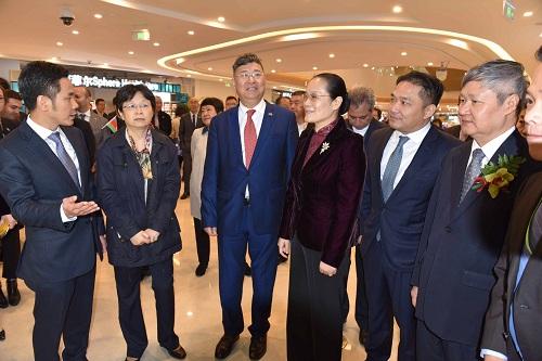 Ông Ninh Thành Công, Tổng lãnh sự quán nước CHXHCNVN tại Thượng Hải (ngoài cùng bên trái), ông Zhang Yuliang, Chủ tịch Greenland (đứng giữa, cavạt đỏ), ông Vincent Trương, CT kiêm TGĐ Sunny Word Corp. (thứ 2 từ phải qua), ông Võ Tấn Thành, đại diện VCCI (ngoài cùng bên phải) tại sự kiện